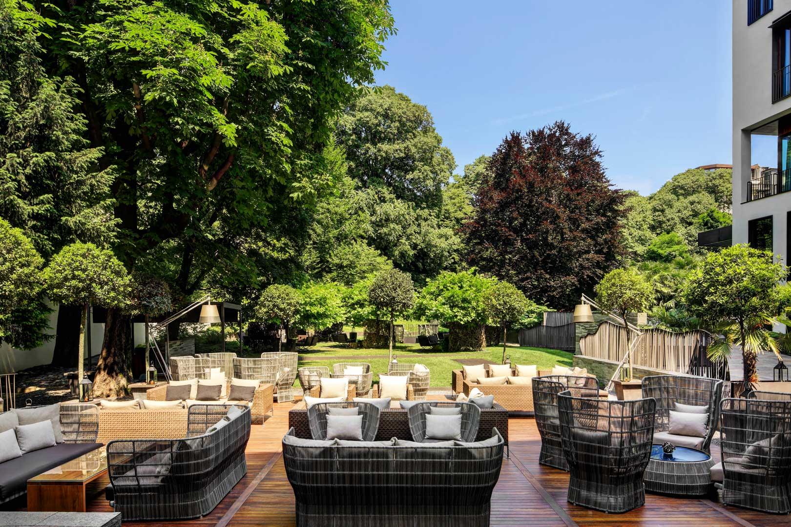 I aperitivi nei giardini degli hotel più in voga di milano
