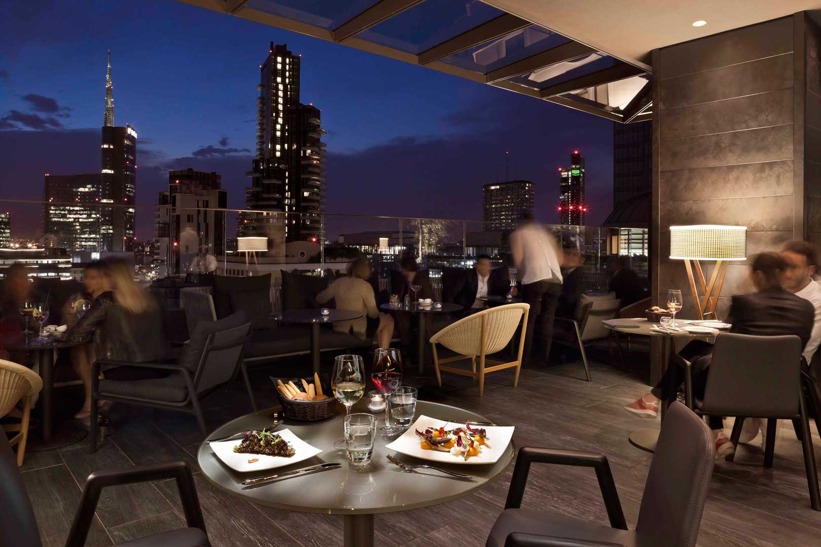 Radio rooftop bar me milan il duca flawless milano for Hotel a milano