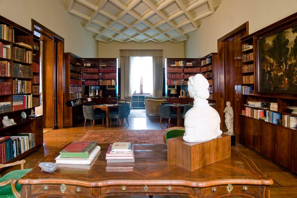 Una veduta della Biblioteca. In primo piano: Arturo Martini, Busto di fanciulla, 1921.