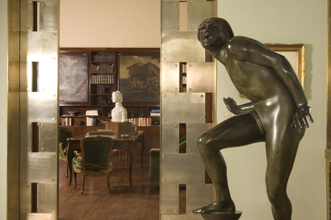 corcio della Veranda verso la Biblioteca. In primo piano: Adolf Wildt, Il puro folle, 1930.