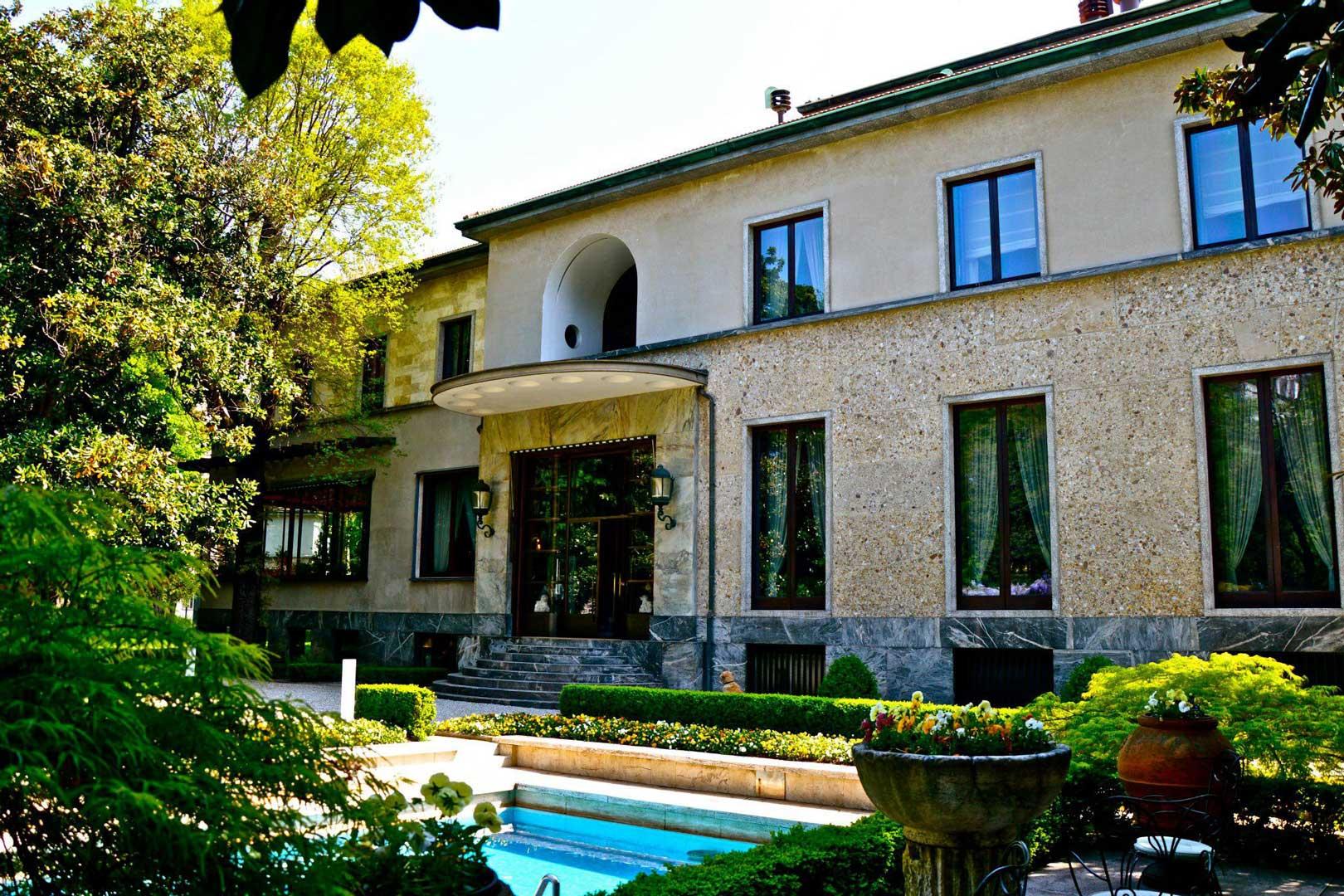 Scorcio della facciata della Villa