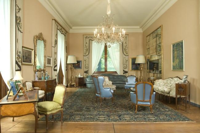 Il Salone della Villa con arredi di epoca Luigi XV e Luigi XVI