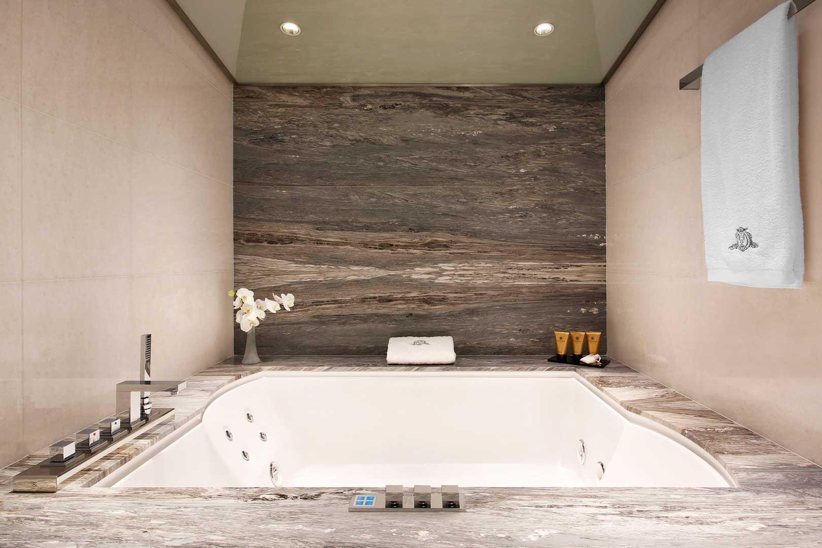 Excelsior Hotel Gallia   Vasca Idromassaggio - Katara Suite